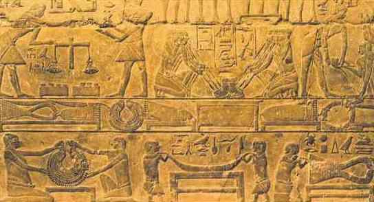 Ancient Egypt 古埃及人的日常生活(二) 衣衫: 衣服的质料以亚麻布为主。男人穿裙,上身赤裸、或穿短袖圆领衫或长衫。女人最典型的服装是无袖的长衫。  由于村落遗址,甚至墓葬的保存都不佳,衣物留存下来的很少。古埃及衣服的质料以亚麻布为主。领导菁英通常只穿着白色薄层的亚麻衫,但当时的衣料从便宜的粗布到最高级、细得透明的布料都有。男人穿裙子,有时候里面还有短裤,上身赤裸 、或者穿短袖圆领衫或长衫。 女人最典型的服装是无袖的长衫。在新王国时期,传统简单的式样,渐渐被比较华丽、有打折花边装饰的衫裙套装所